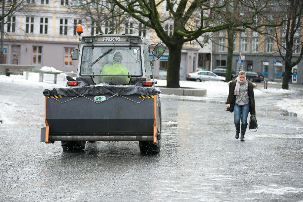 Ekstremvær har gitt isglatte fortau i Oslo i vinter. Så langt i år har Oslo kommune gitt 300.000 kroner i bot for manglende brøyting og strøing.