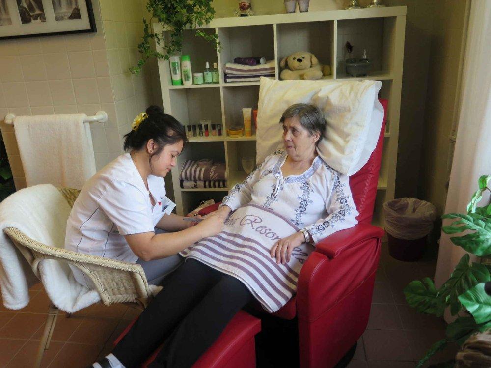 Sissel får manikyr og håndmassasje av hjelpepleier Laarni. Rommet er spesielt pusset opp for å ligne et tradisjonelt spa.