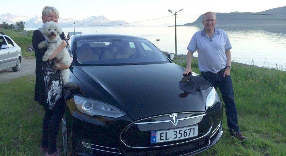Gjermund Hagesæter, finanspolitisk talsperson i Frp på Stortinget, har kjørt elbil siden 1999. Her er han på el-tur i Nord-Norge med konen Eirin og hunden.