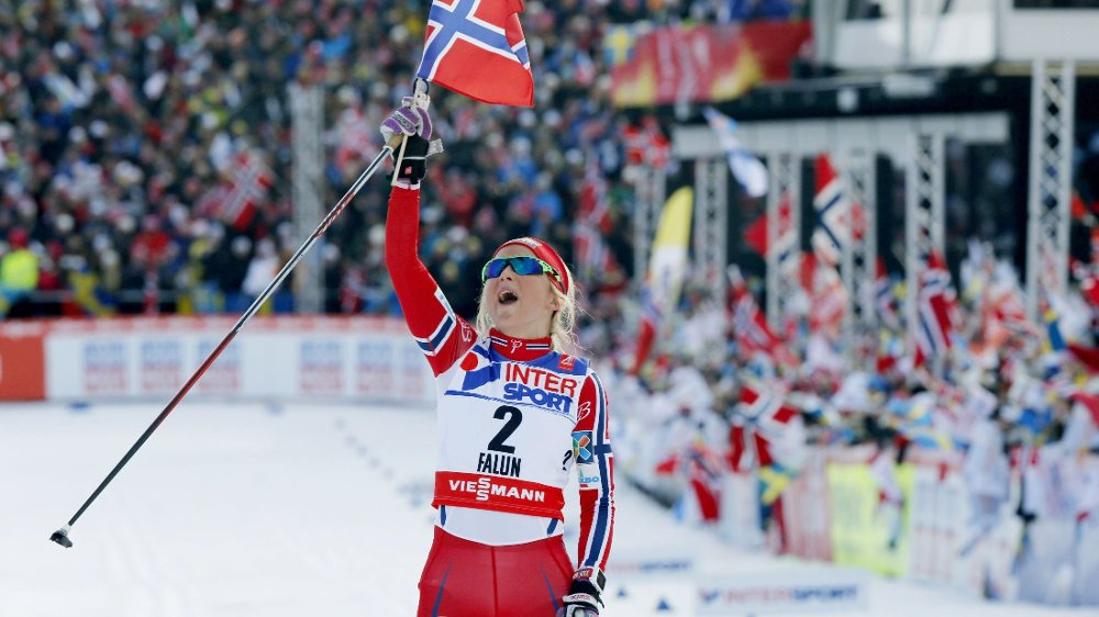GULLJENTA: Therese Johaug jubler etter og ha vunnet 30-kilometeren.