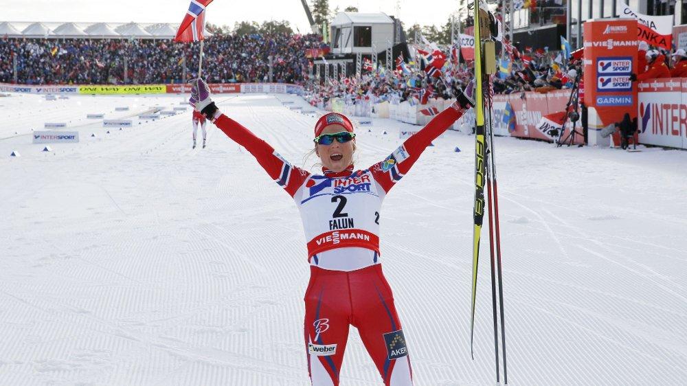 SUVEREN: Therese Johaug Jubler etter å ha vunnet 30-kilometeren for kvinner lørdag.