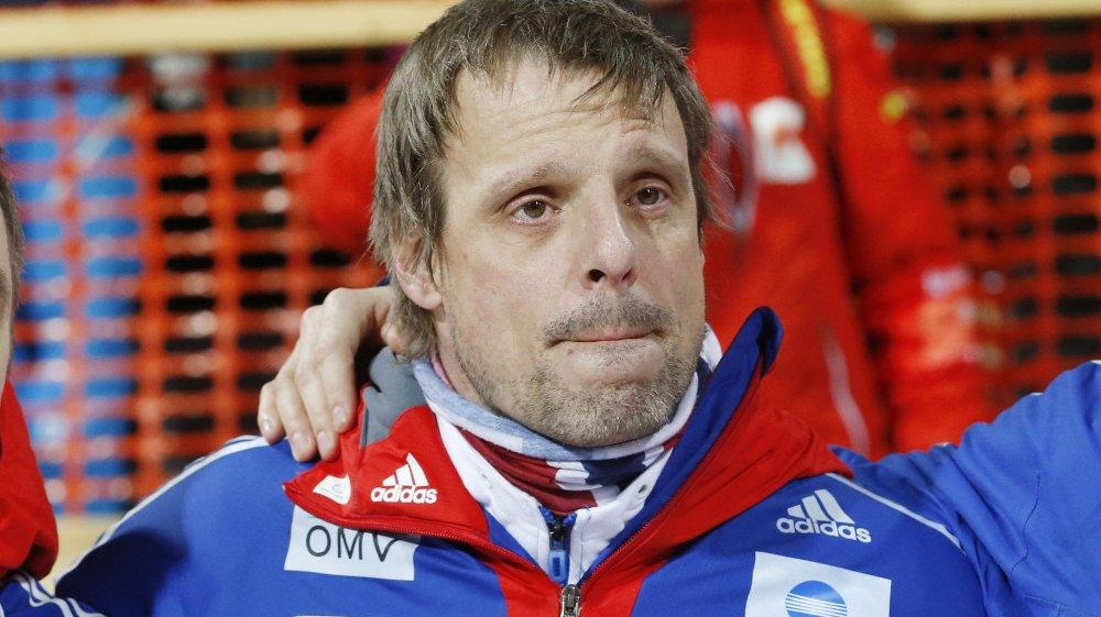 STERKE FØLELSER: En rørt trener Alexander Stöckl etter gullet i laghoppet i Falun lørdag.