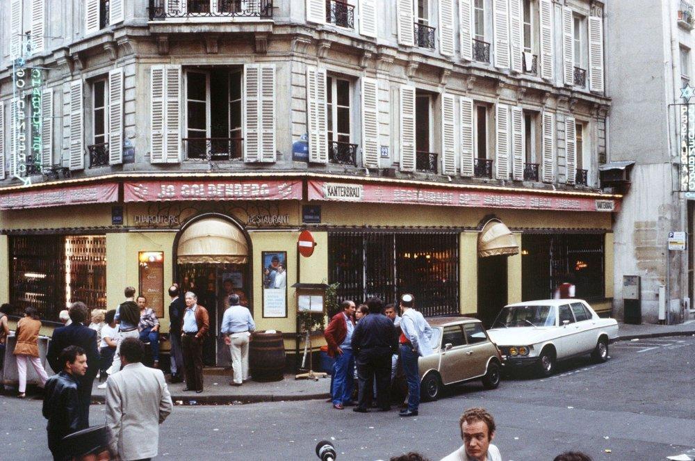 Seks personer ble drept og 22 ble skadd da flere menn angrep den jødiske Jo-Goldenberg-restauranten rue des Rosiers i Paris med maskingeværer og en håndgranat i 1982.