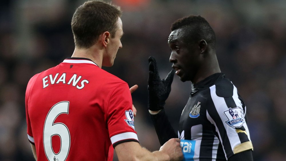 SPYTTET PÅ HVERANDRE: Manchester Uniteds Jonny Evans og Newcastles Papiss Cisse røk i tottene på hverandre onsdag kveld.