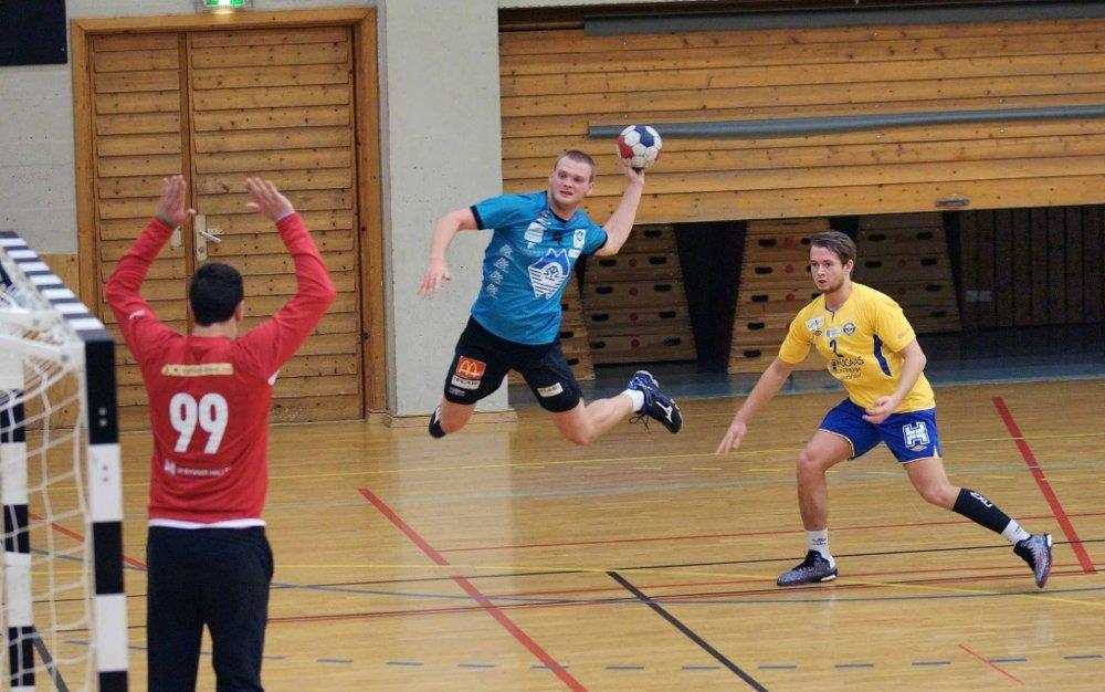 SORG: Ålesund Håndball mistet tirsdag sin spiller Ruben Amdam (i midten).