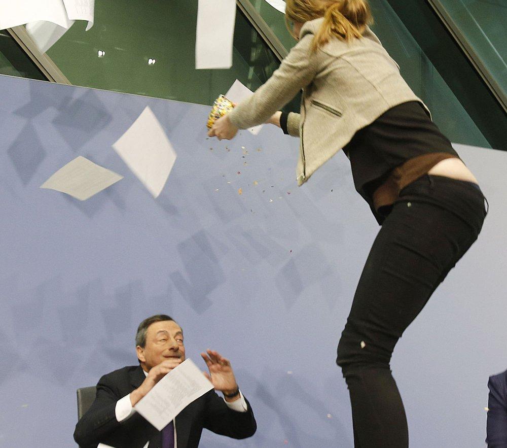 GIKK TIL ANGREP: Kvinnen tok tak i sentralbanksjef Draghis papirer og kastet dem i været.