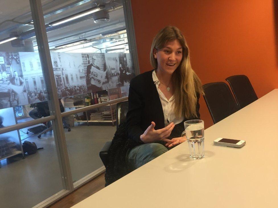 SKAL FYLLE STORE SKO: Amalie Holt på 22 år får en sommerjobb utenom det vanlige.