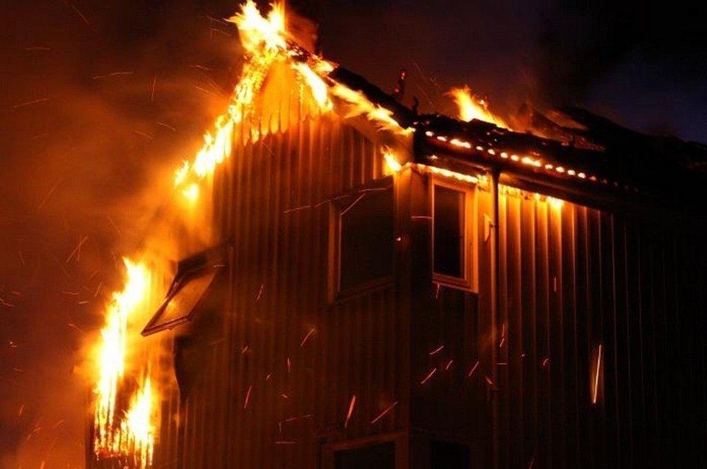 To hus og én garasje ble slukt av flammene, mens det var fare for at brannen skulle spre seg til enda flere hus. (Romerikes Blad)