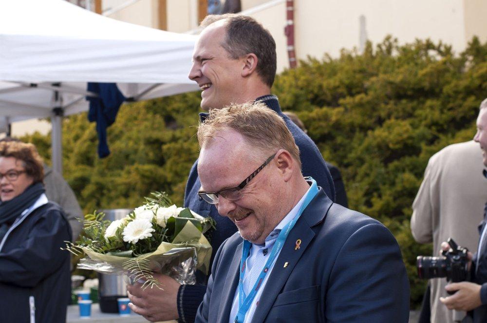 Samferdselsminister Ketil Solvik Olsen (bak) og Frp-nestleder Per Sandberg under Fremskrittspartiets 1. mai-markering på Jessheim torg.