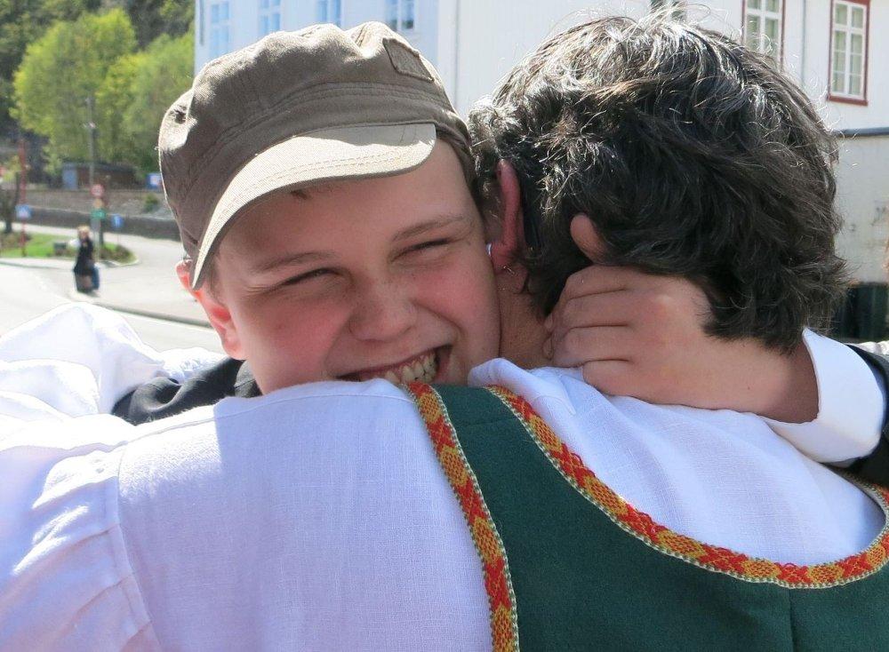 TAKKNEMLIG: Jon Raaum Christensen og mamma Inger er svært takknemlige for all den støtte og hjelpen de har fått med Jons konfirmasjonsprosjekt om å samle inn penger til barn i Gaza. Foto: Privat