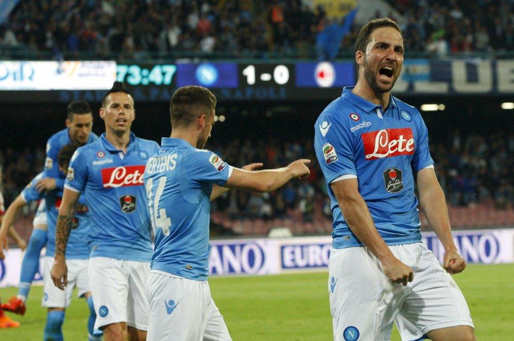 ENKEL JOBB: Gonzalo Higuain og Napoli fikk en enkel jobb mot AC Milan, som måtte spille nesten hele kampen med en mann mindre.