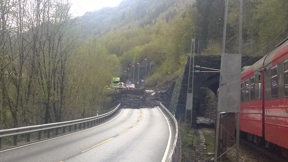 Ordføreren i Vaksdal frykter en katastrofe i området der et stort ras gikk tirsdag ettermiddag. Både jernbanelinjen og E16 ble rammet av jordmassene.