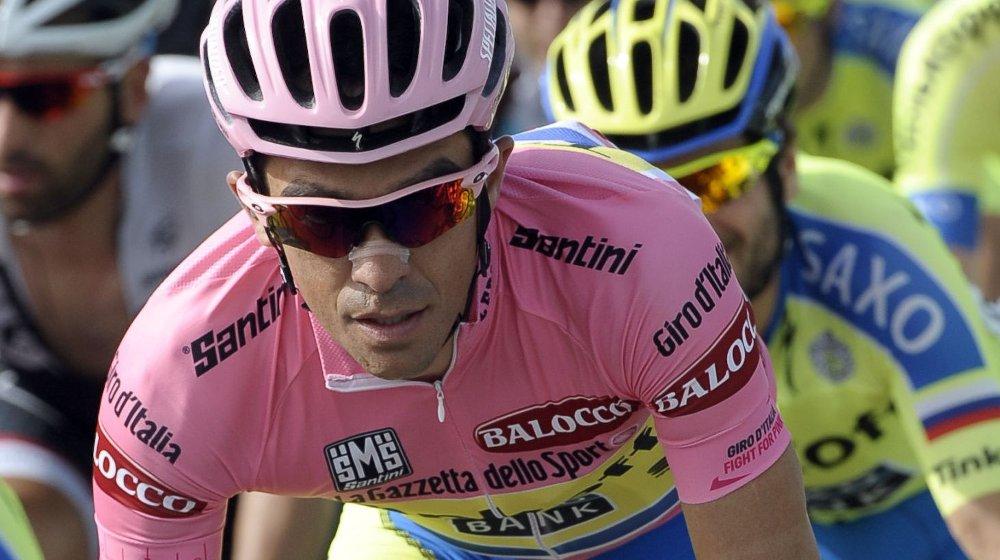Alberto Contador prøver å stille til start på fredagens etappe.
