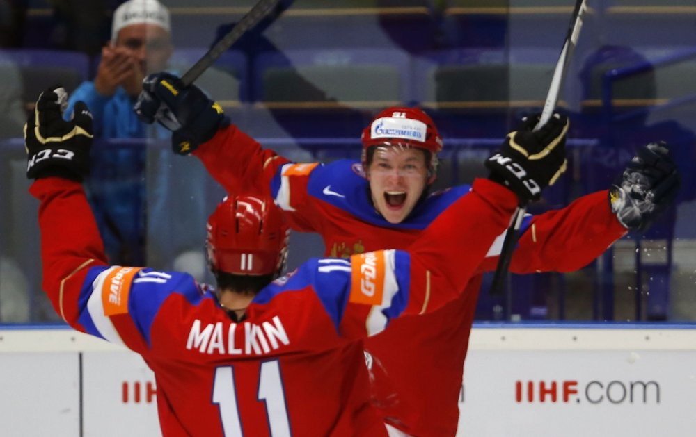 Vladimir Tarasenko (t.h.) fastsatte sluttresultatet til 5-3 da Russland slo Sverige i ishockey-VM.