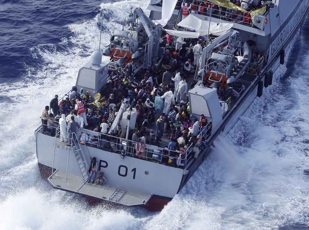 REDDET: Et politifartøy på vei til Lampedusa med migranter som er plukket opp i Middelhavet torsdag. Frontex-aksjonen Triton omfatter for tiden 13 fartøyer, tre fly og to helikoptre, ifølge nyhetsbyrået AP.