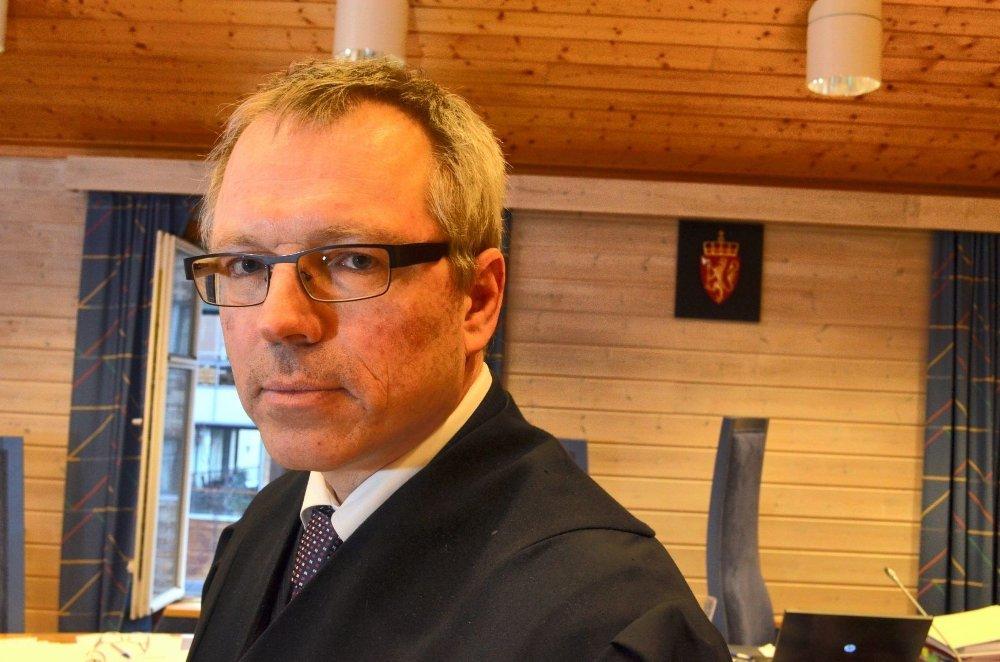 KJEMPER FOR FAREN: Advokat Jostein Løken kjemper for at barnevernet ikke skal tvangsadoptere barnet, og på den måten gjøre at mannen mister kontakten med barnet.