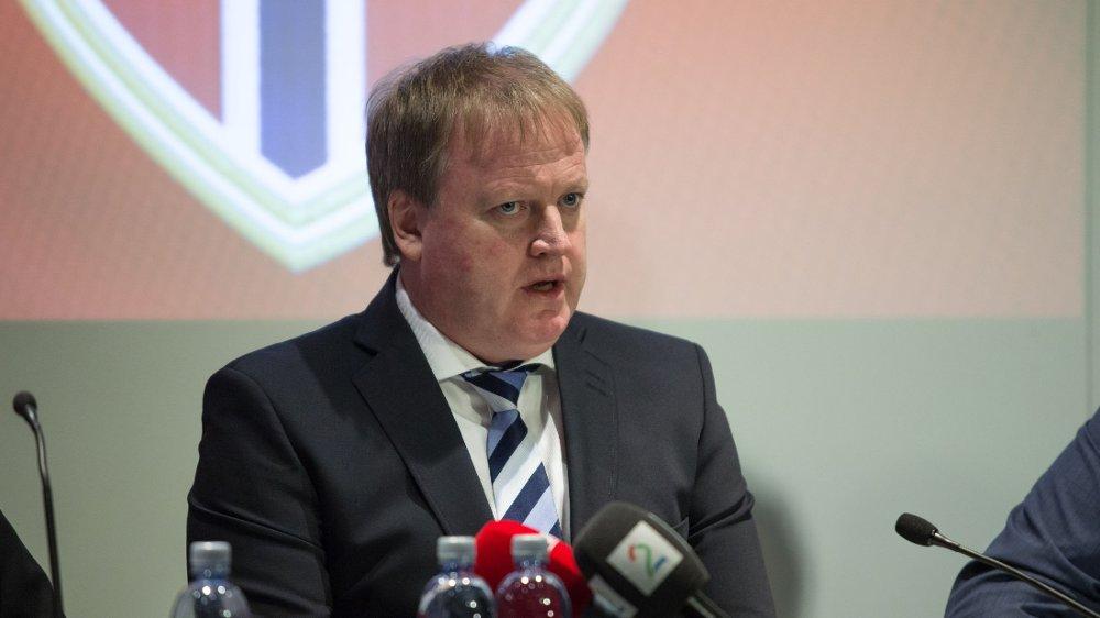 JEVNT: Yngve Hallén spår et jevnt valg mellom Sepp Blatter og Prins Ali.