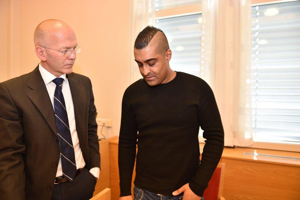 PÅGREPET: Politiet pågrep Tommy Sharif tirsdag. Her sammen med bostyrer Christian Lundin. Foto: Tommy Brakstad (Mediehuset Nettavisen)