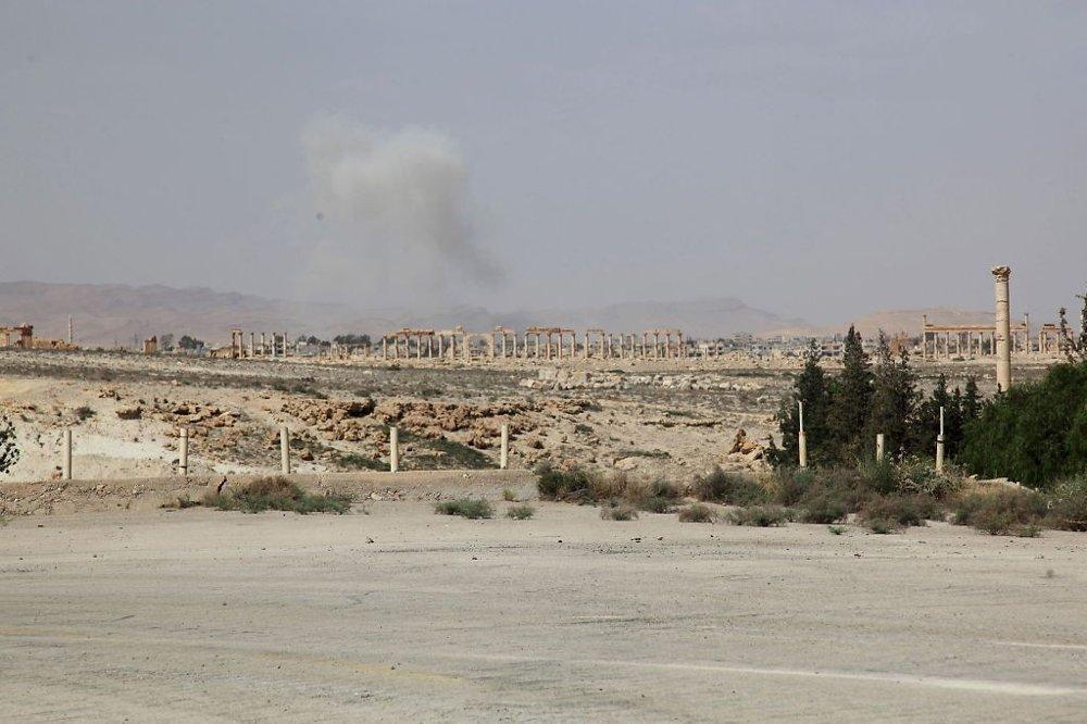 Illustrasjonsbilde: Røyk stiger opp fra oldtidsbyen Palmyra i Syria etter at IS-opprørere inntok byen i mai 2015.