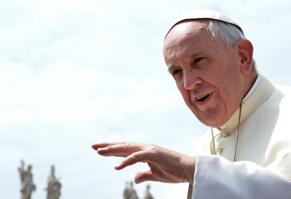 Pave Frans mener menneskeheten, og særlig de rike landene, må bære ansvaret for klimaendringene, og ber om at fossil teknologi fases ut.