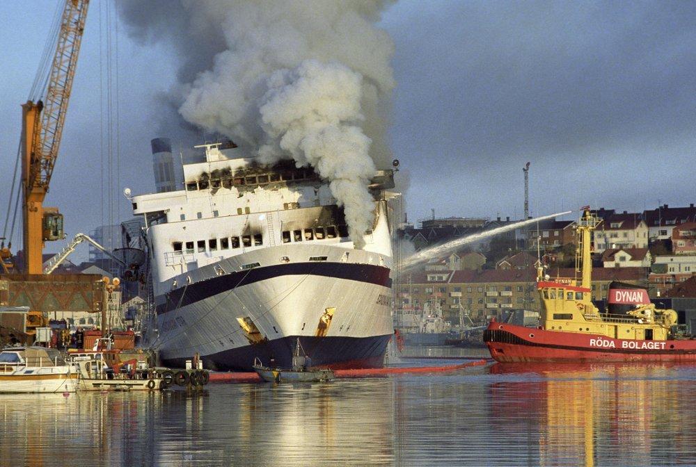 Brannen ombord i Scandinavian Star var fullstendig ødeleggende, arkivbildet viser den til kai i Lysekil hvor de siste restene av brannen ble slukket.