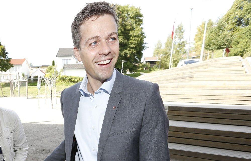 Knut Arild Hareide (KrF) er imot søndagsåpne butikker, men setter døra på gløtt for samtaler med regjeringspartiene og Venstre om saken.