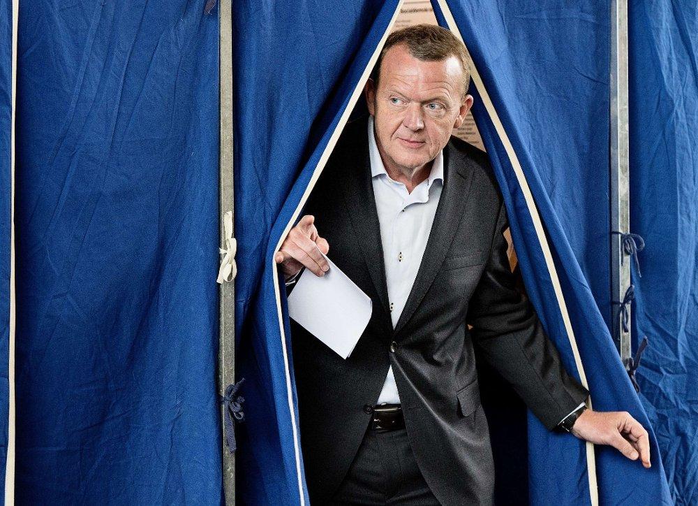 VENSTRE: Partileder Lars Løkke Rasmussen på vei ut av stemmelokalet torsdag.