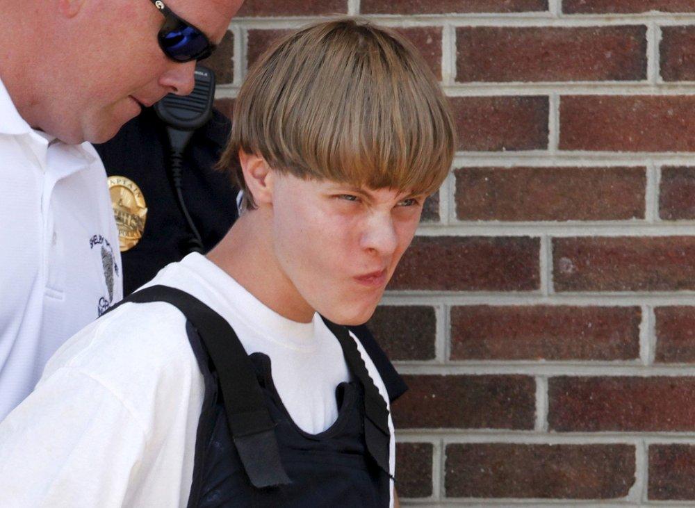 PÅGREPET: 21 år gamle Dylann Roof føres ut av rettslokalet av politiet i en skuddsikker vest.