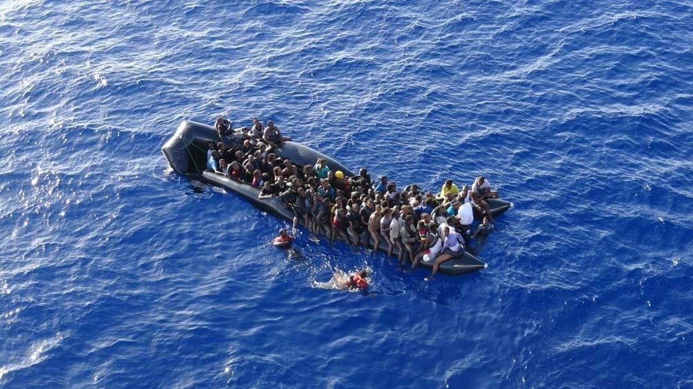 NY ULYKKE: Den italienske marinen melder nå om en ny ulykke med båtflyktninger i Middelhavet. Bildet er tatt tidligere, og viser en av de mange båtene overlesset med flyktninger som vil ta seg til Europa.