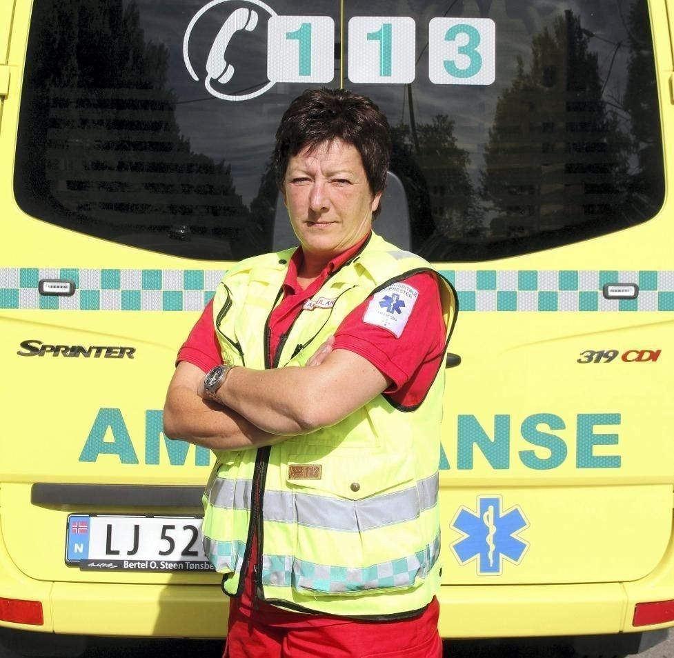 DU KAN VELGE SIKRERE: Ambulansearbeider Wenche Andersen har gjennom 35 år i yrket sett hvor galt det kan gå i trafikken, ofte fordi mennesker tar feil valg.