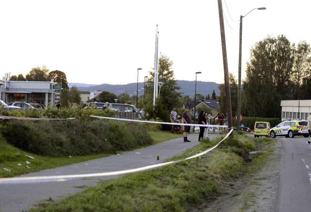 To menn ble alvorlig skadet i knivstikking på Råholt lørdag kveld. Politiet leter etter gjerningsmannen.