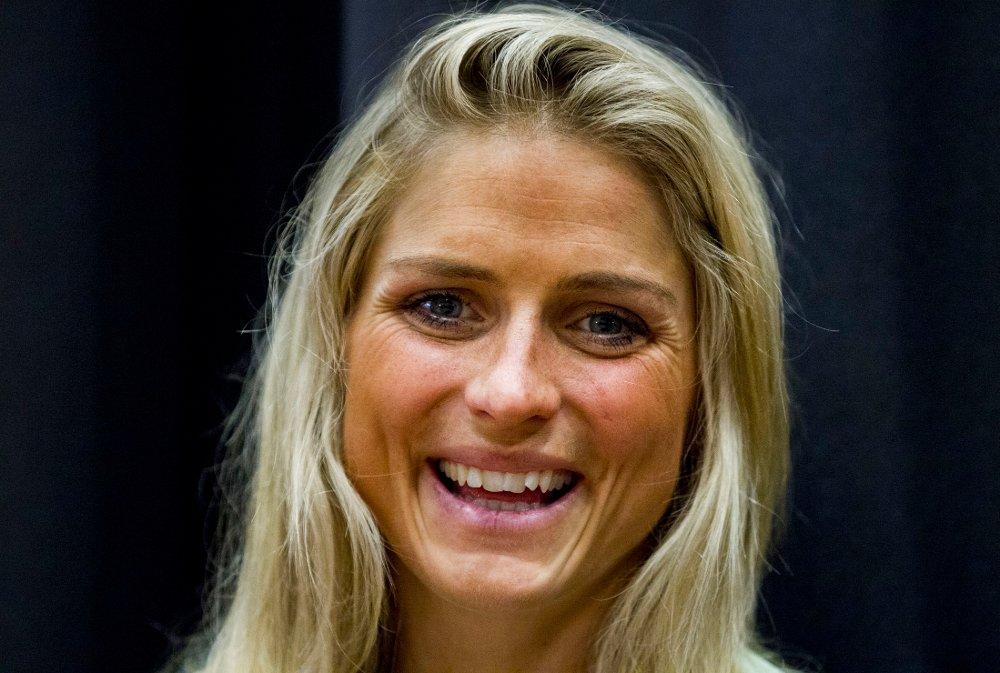 TILBAKE PÅ RULLESKI: Therese Johaug kunne søndag spenne på seg rulleskiene og bruke to staver for første gang etter at hun brakk hånden tidligere i måneden.