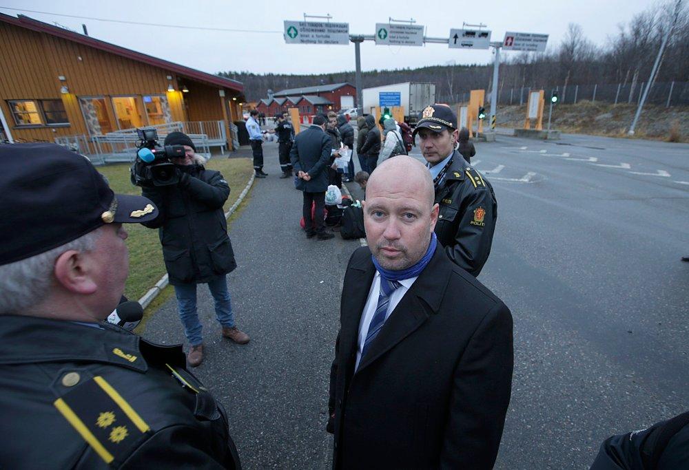 Kirkenes 20151020. Justisminister Anders Anundsen besøker Storskog utenfor Kirkenes. Her står han rett ved grensa inn til Norge.