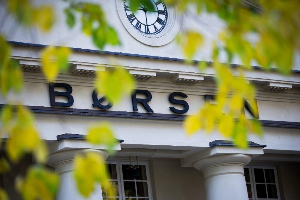Oslo Børs åpner i rolig tempo fredag, mens investorene venter på nye viktige jobbtall fra USA.
