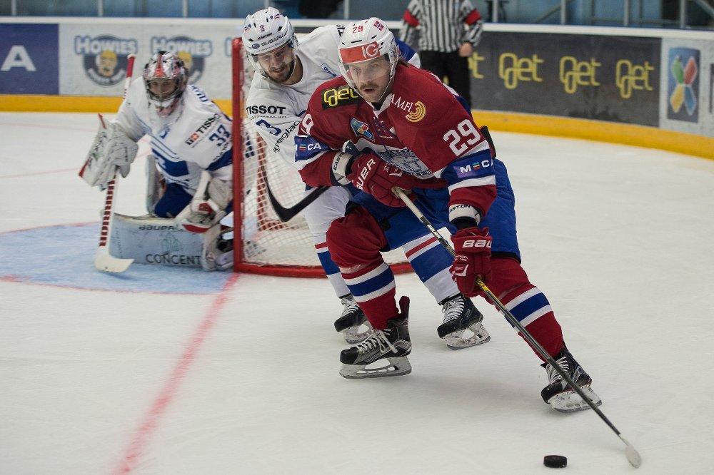 SLITESEIER: Robin Dahlstrøm i duell med Jonathan Janil under landskampen i hockey mellom Norge og Frankrike.