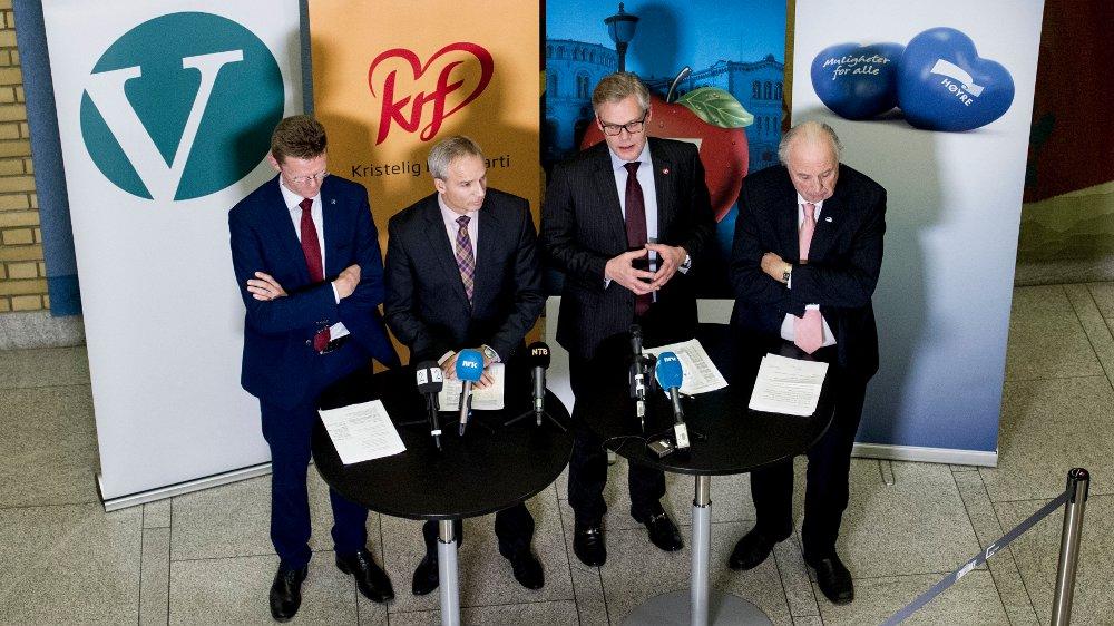 Oslo 20151123. Terje Breivik (V) (f.v), Hans Olav Syversen (KrF), Hans Andreas Limi (Frp) og Svein Flåtten (H) legger fram forslag til statsbudsjett for 2016 under en pressekonferanse på Stortinget mandag kveld. Foto: Jon Olav Nesvold / NTB scanpix