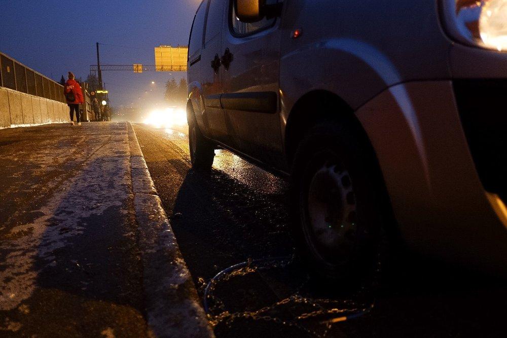 KJETTING: Det er såpeglatt på veiene på Østlandet tirsdag morgen.
