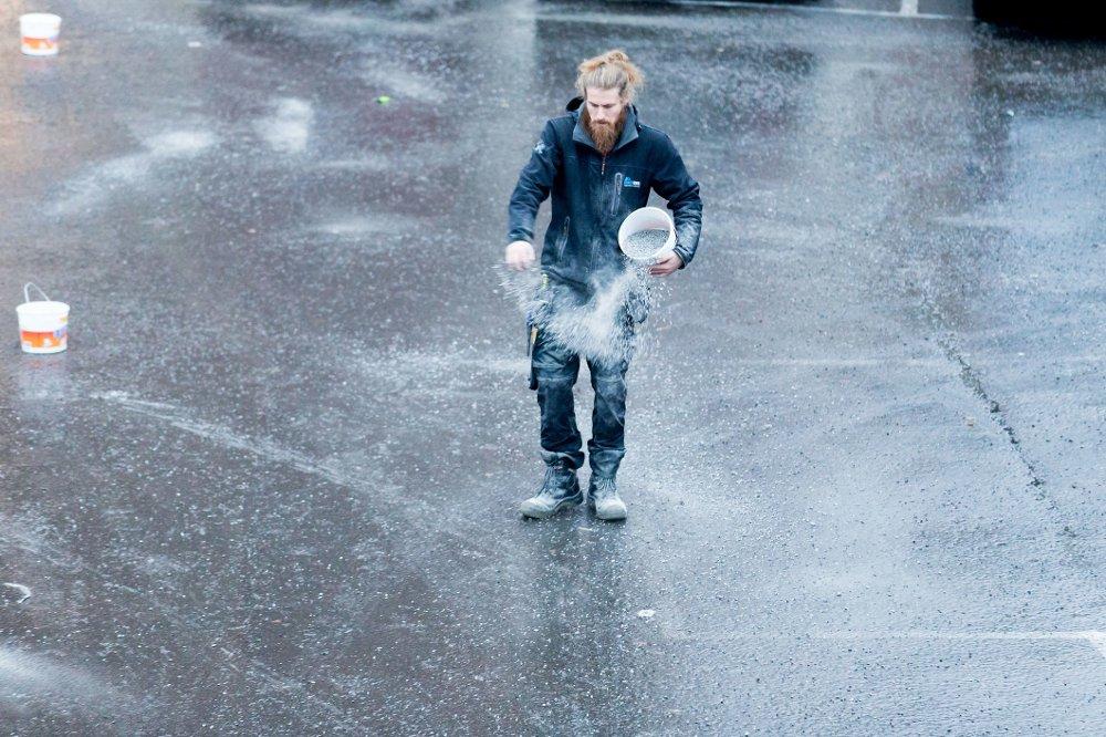 MÅTTE STRØ: Mange måtte nok strø selv tirsdag morgen, som denne karen på Helsfyr i Oslo. Oslo kommune sier det kan ta inntil 12 timer før alle veier og fortau er strødd.