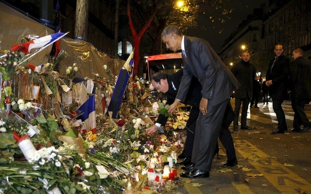 President Barack Obama og president François Hollande legger ned blomster på minnesmerket utenfor konsertlokalet Bataclan i Paris.
