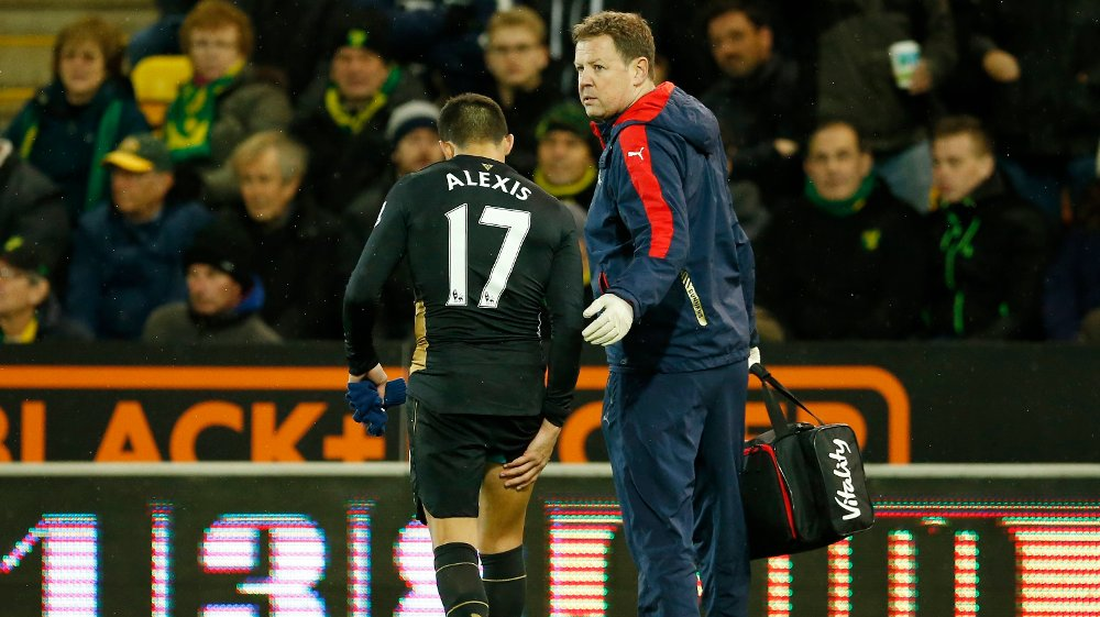 Arsenals Alexis Sánchez måtte forlate banen med skade i kampen mot Norwich.