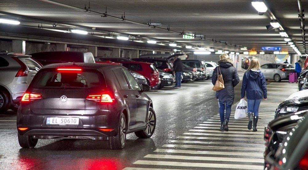 Fra 1. januar blir det dyrere å parkere i Bergen. Klostergarasjen i sentrum er et av flere parkeringhus som får høyere priser.