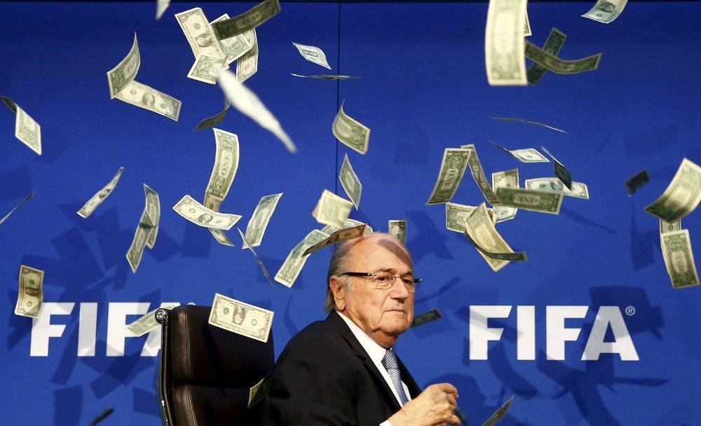 I HARDT VÆR: FIFA og mye omtalte Sepp Blatter.