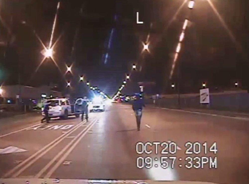ET DASHBORDKAMERA fra en annen politibil viser hva som egentlig skjedde da Laquan McDonald ble drept. McDonald går gatelangs idet Jason Van Dyke begynner å skyte.
