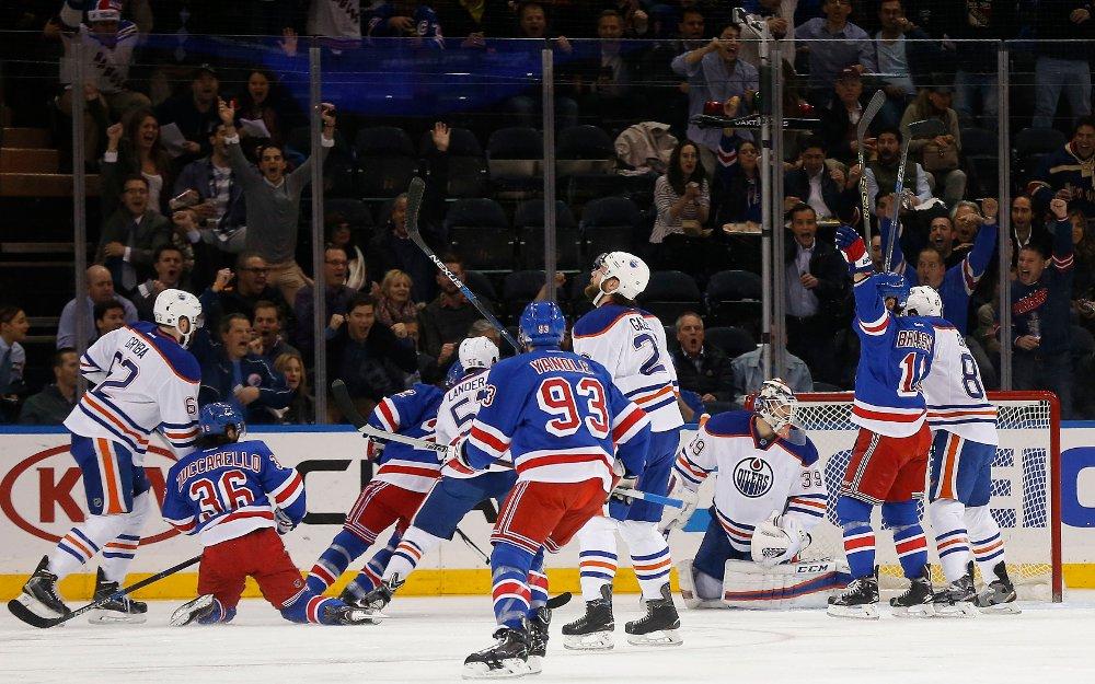 HER SETTER Mats Zuccarello personlig rekord ved å score i sin tredje kamp på rad i NHL. Målet ga New York Rangers ledelsen 1-0 mot Edmonton Oilers.