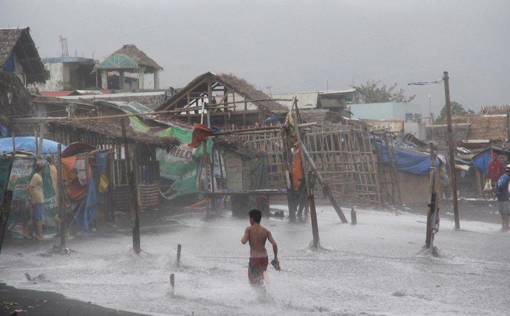 Filippinene er rammet av kraftig uvær. Minst ni mennesker har mistet livet på grunn av tyfonen Melor.