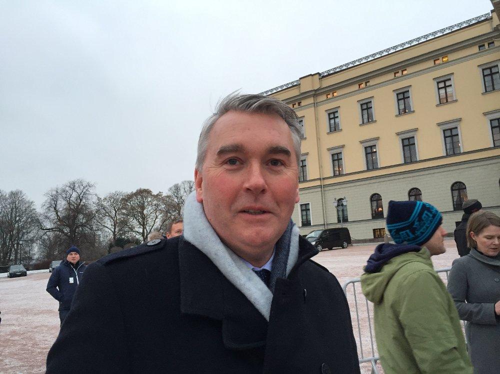Trond Helleland er på Slottsplassen for å ta i mot sin kone og ny statsråd Linda Hofstad Helleland.