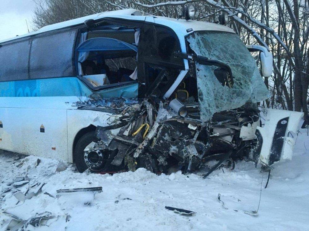 Bussen har fått store skader etter å ha kollidert med militære kjøretøy i Dragvikbakken
