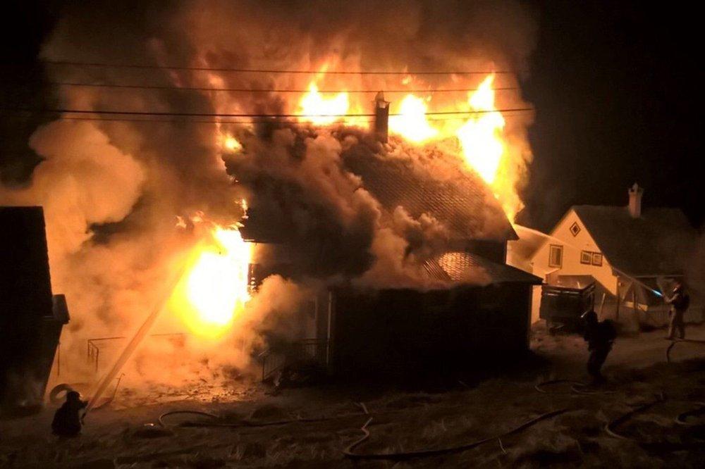 Huset var overtent og brannvesenet måtte jobbe fra alle kanter for å hindre spredning til nabobygg.