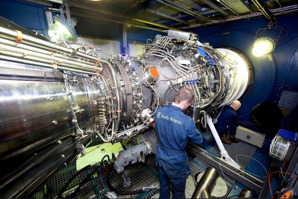 Illustrasjonsbilde: Ansatt ved Rolls-Royce Marine i Ulsteinvik tester en motor av typen MT30.