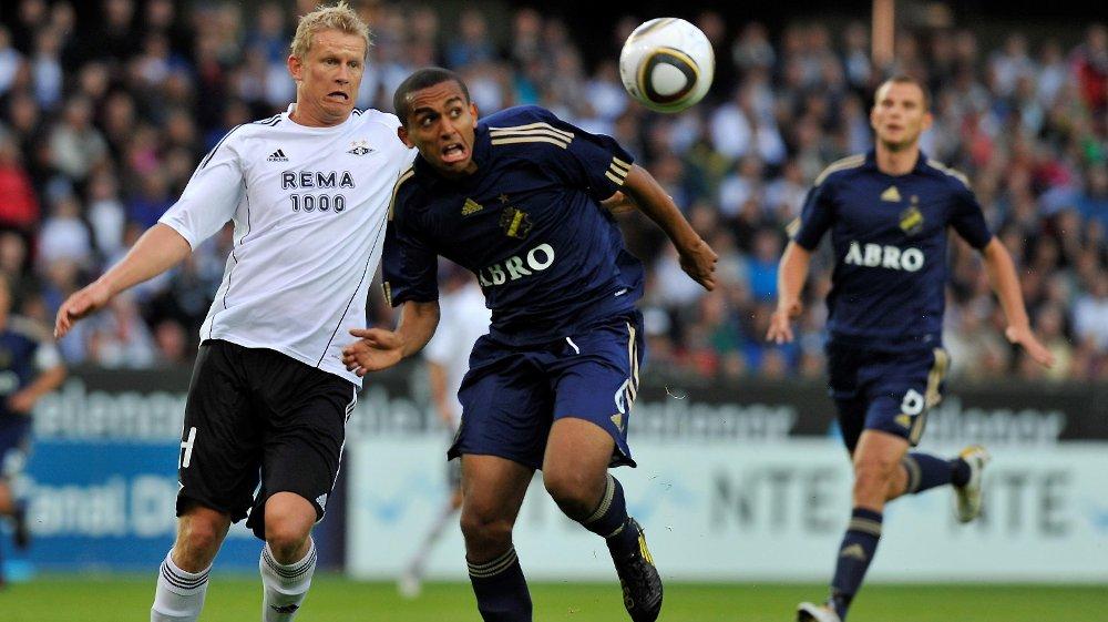 KLAR FOR SOGNDAL: Walid Atta har signert en låneavtale med Sogndal og venter nå kun på de siste papirene fra Saudi-Arabia før han er spilleklar. Her er han i duell for AIK mot Steffen Iversen og Rosenborg i 2010.